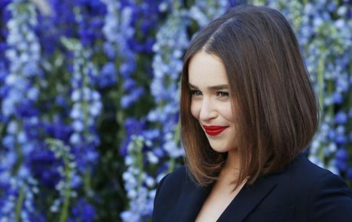 Сексапильная Мать Драконов актриса Эмилия Кларк приехала в Париж